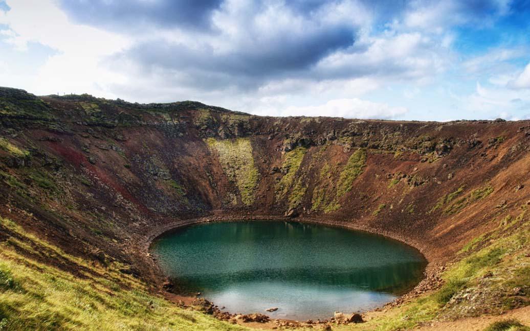 Am Schlackekrater und Grundwassersee des Vulkan Kerid