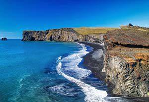 Dyrhólaey - vor mir das ca. 120m hohe, von schwarzem Lavasand umgebene, gewaltige Felsentor nahe der Südspitze Islands