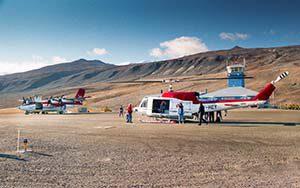 Umstieg in Qaarsut vom Helikopter in die DHC-7